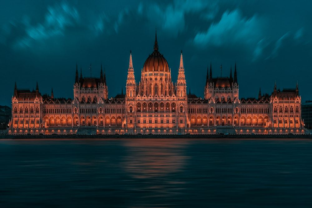Parlament in Budapest an der Donau in der Nacht