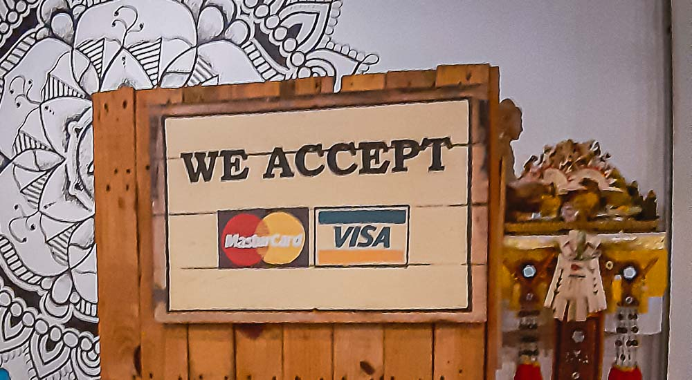 Aufschrift mit We Accept Mastercard and Visa in einem Laden in Bali, Indonesien