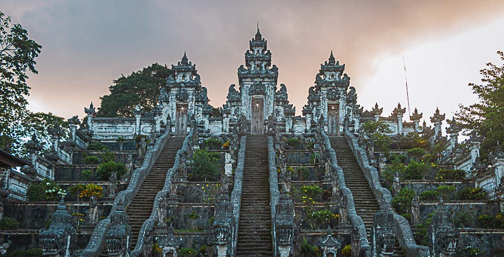 Sonnenaufgang in einem Tempel in Indonesien