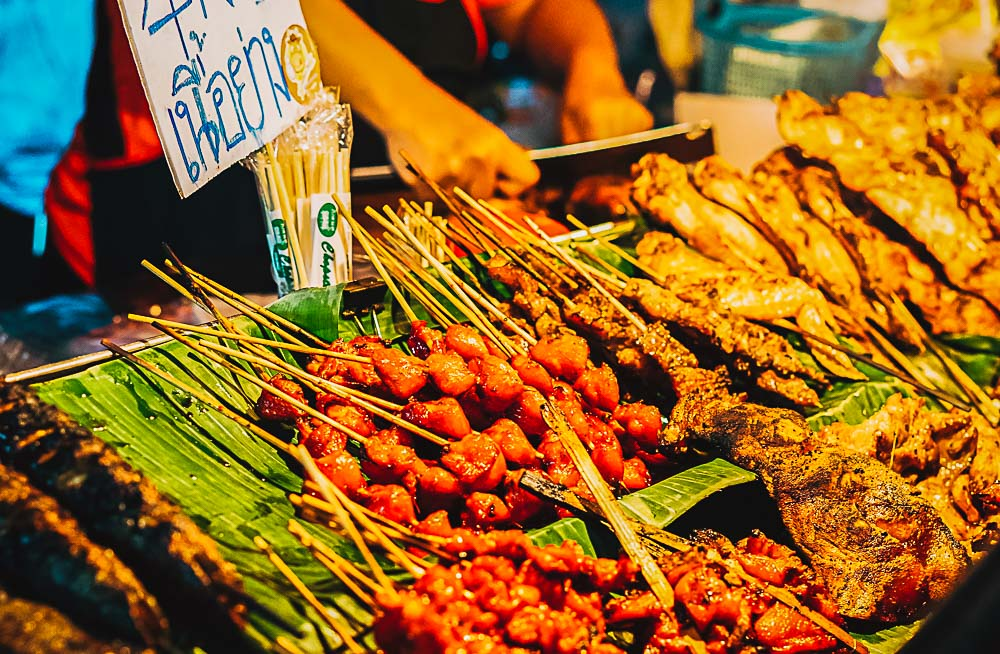 Thai Nightmarket mit Grillfleisch in Thailand