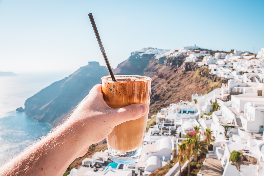 Greek Iced Frappe in einem Cafe in Thira in Santorini in Griechenland